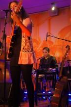 Natalie Beabella spelar varma melodier med influenser från både Latinamerika och Skandinavien