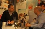 Eric Ericson signerar sin novell och pratar med publiken